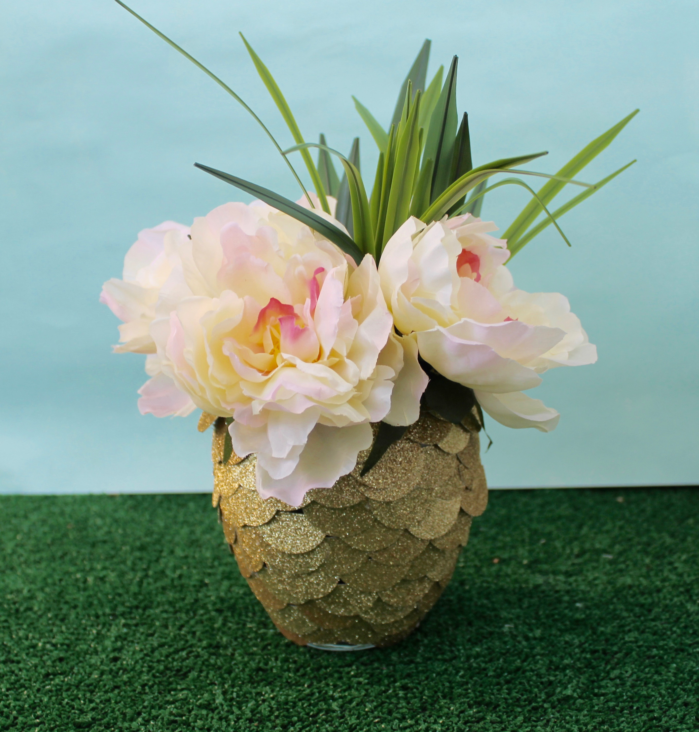 Diy pineapple centerpiece for Pineapple outdoor decor